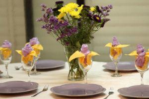 Frische Tischdeko in Gelb, Rosé und Graublau