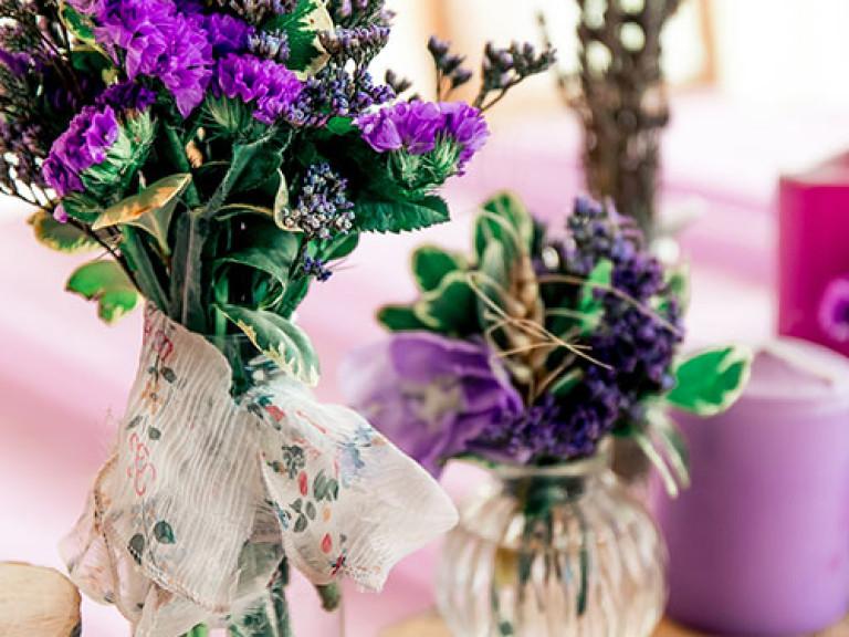 Grün, Violett und Holz kombinieren