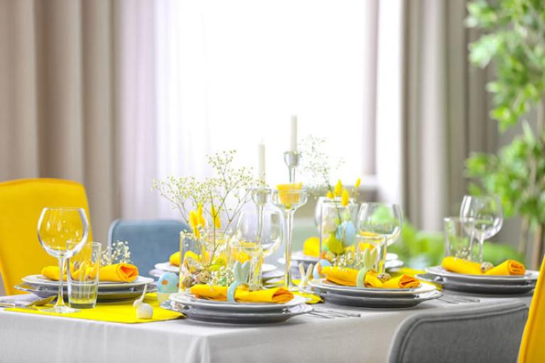 Tischdeko in sommerlichem Gelb